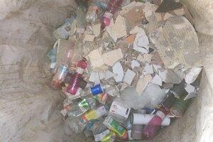 Obyvateľ vyhodil odpad z rekonštrukcie bytu do kontajnerov na sídlisku.