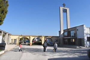 Vstup na verejný cintorín. Mesto plánuje jeho obnovu, aby viac spĺňal pietny charakter.