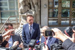 Guvernér NBS Peter Kažimír odchádza zo sídla Národnej kriminálnej agentúry kde bol vypovedať v auguste.