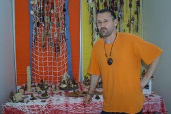 Vladimír Vaňo vystavuje šperky a dekorácie z prírodných materiálov.