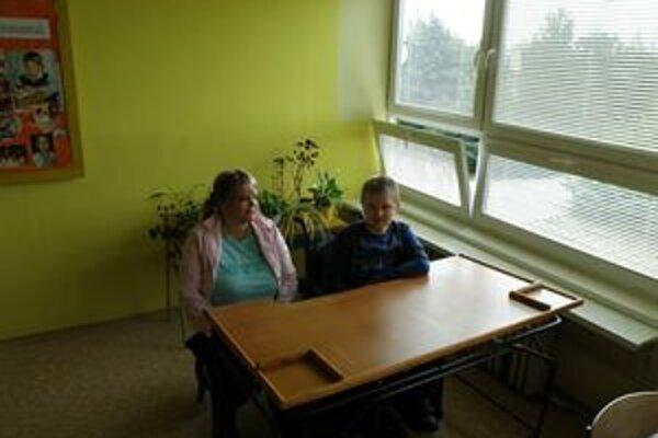 Michal má v triede asistentku aj upravené pracovisko.