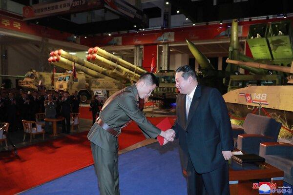 Na nové zbrane má Kimov režim peniaze, aj keby jesť nebolo čo.