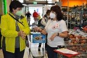 Potravinovú zbierku spoluorganizovali dobrovoľníčky zo Slovenského Červeného kríža.