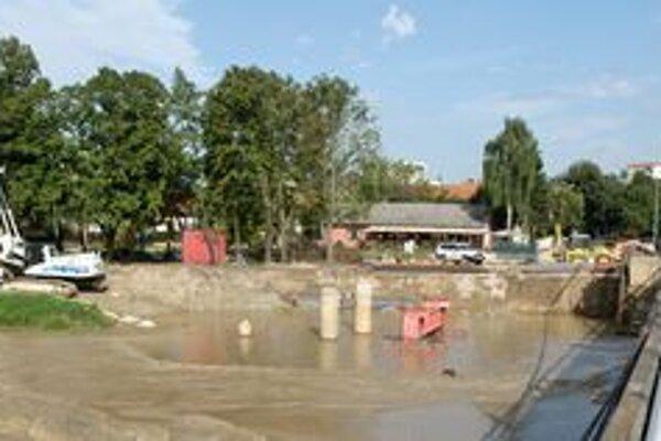 Stavenisko, ktoré sa nachádza priamo v koryte rieky, je pod vodou.