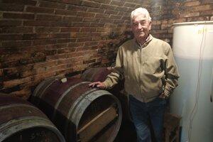 Michal Srholec vo svojej vinárskej búde.