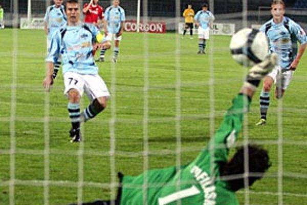 Brankár Košíc Tofiloski si síce na loptu z kopačky Róberta Ráka siahol, no v penaltovom súboji predsa ťahal za kratší koniec.