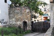 Z mestských hradieb už toho veľa nezostalo, no stále sa čo-to dá vidieť.