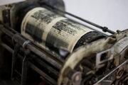 Za komunistického režimu sledovala štátna moc slobodných novinárov, ktorí aj na takýchto strojoch tlačili samizdaty.
