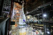NASA dosiahla v stredu významný míľnik: podarilo sa jej pripevniť kozmickú loď Orion na nosnú raketu Space Launch System.