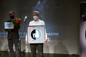 Dramaturg inscenácie Miroslav Dacho a riaditeľ SKD Tibor Kubička preberajú ocenenie.