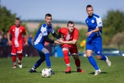Futbalisti Veče (v modrom) uštedrili mestskému rivalovi dvojcifernú porážku.
