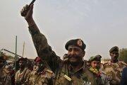 Na archívnej snímke z 29. júna 2019  sudánsky generál Abdal Fattáh Burhán máva svojim priaznivcom po príchode na zhromaždenie v Chartúme.