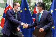 Sprava minister životného prostredia Ján Budaj (OĽANO) a minister pôdohospodárstva a rozvoja vidieka Samuel Vlčan (nominant OĽANO) po podpise Memoranda o spolupráci.