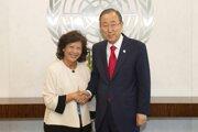 Na archívnej snímke z roku 2014 singapurská sociologička Noeleen Heyzerová s bývalým generálnym tajomníkom OSN Pan Ki-munom.