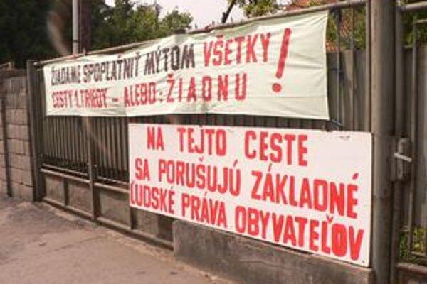 Protestujúci Šaľania použili transparenty, ktoré zobrazovali ich požiadavky.