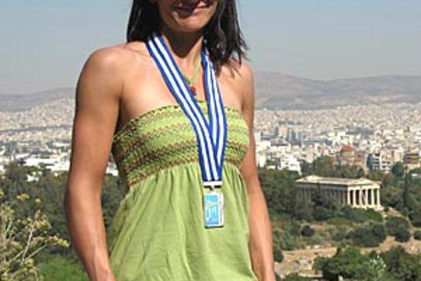 Monika Višňovská so striebornou v medailou, v pozadí aténska Akropola.