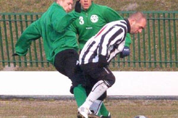 O víťazstvo Čierneho Brodu v Okoličnej sa postaral dvoma gólmi Ladislav Gasparovics(s loptou).