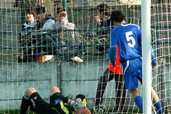 Spartaku sa na jar naďalej nedarí, tentokrát prehral doma s Moravanmi kurióznym gólom. Na snímke šokovaný brankár Vrábeľ Straka.