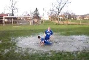 V Podhoranoch pri Nitre sa hral v nedeľu futbal na tráve i na vode...