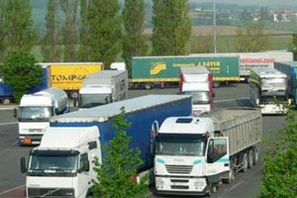 Kamionisti budú možno platiť za všetky cesty na Slovensku, nielen za diaľnice a rýchlostné komunikácie.