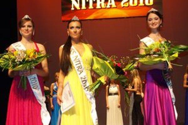 Miss Nitra 2010 sa stala Simona Brečková (uprostred), ako prvá vicemiss skončila Monika Šagátová (vľavo) a titul druhej vicemiss získala Renáta Buchová (vpravo).