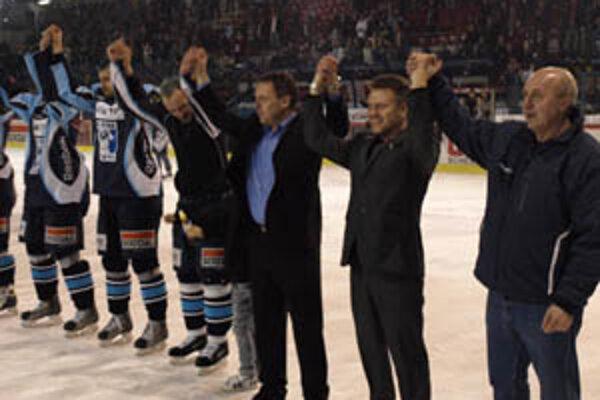 Na záver sezóny ďakovali divákom ruka v ruke Ján Plandora s trénermi Oremusom a Černým.