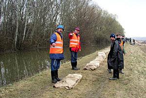 Pri záplavách v roku 2006 sa na záchranných prácach zúčastnilo okolo tisíc ľudí z Trstíc a okolia.