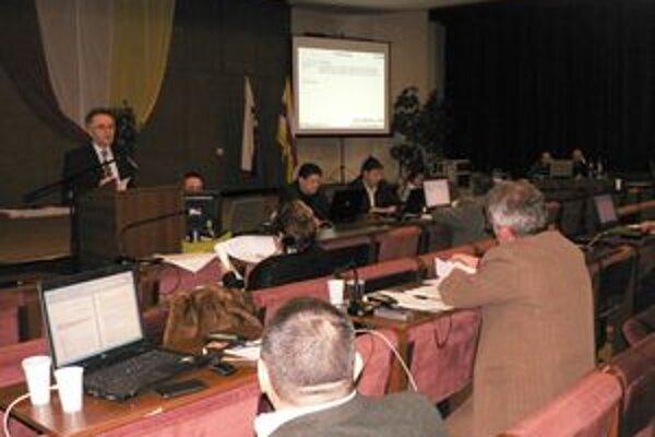 """V zozname poslancov na oficiálnej stránke www.sala.sk svieti pri každom mene poslanca prázdna kolónka """"Telefón""""."""