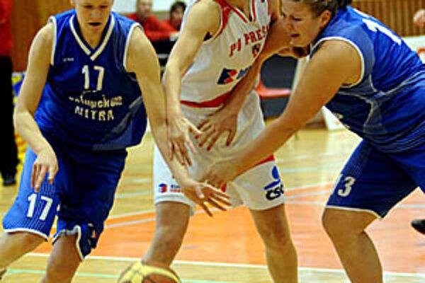 Zo zápasu Prešov - Nitra zľava Oravcová, Karavajeva a Krč-Turbová.