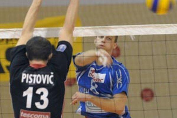 Ľuboš Vavro útočí cez Púchovčana P. Pistoviča.