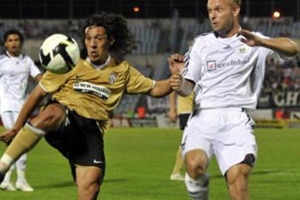 Peter Burák (vpravo) hral aj Ligu majstrov v drese Artmedie. Na snímke s Maurom Camoranesim v dueli proti Juventusu Turín.