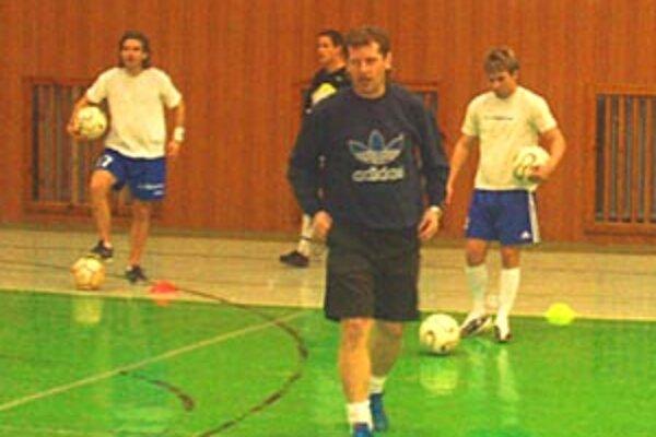 Vrábľania s novým trénerom trénujú v hale, vonku aj v posilňovni. Na snímke vpravo Milan Šándor, nový hrajúci asistent.