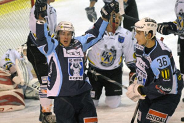 Základom domáceho úspechu boli dva presné zásahy Henricha Ručkaya (vľavo). Obranca Peter König (vpravo) mu nabíjal na prvý gól.