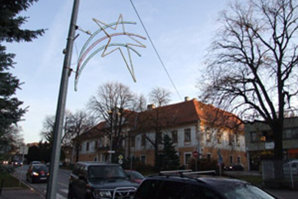 Vianočná výzdoba bude aj tento rok v Zlatých Moravciach skromná.