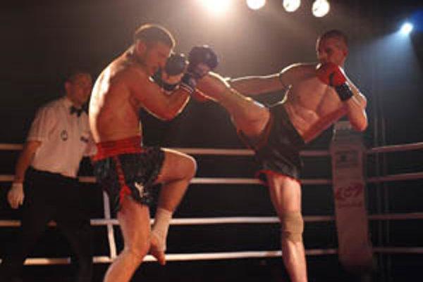 Majster Európy Erik Kosztanko (vpravo) zasahuje protivníka z Bosny.