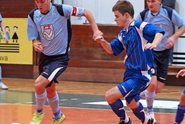 Peter Peciar z MFsK Nitra s loptou na palubovke Pineroly.