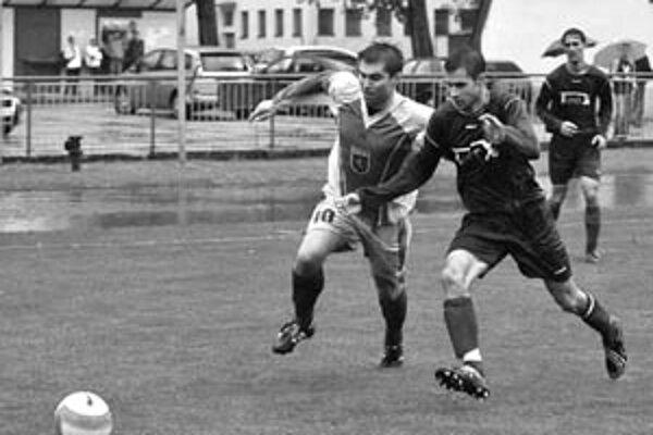 Levice - Komárno 4:2. Vľavo autor tretieho domáceho gólu G. Švec.