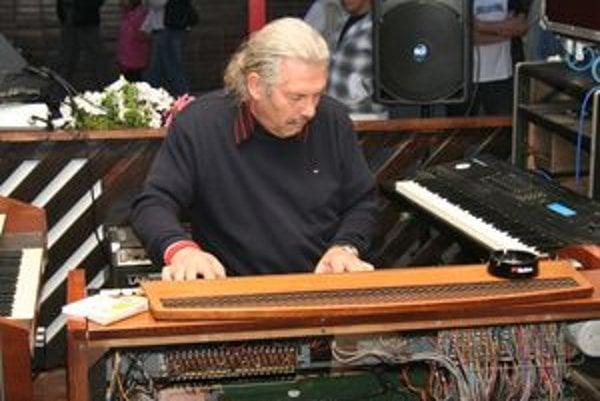 Líder kapely Axxe Aurel Jansčák hrá na Hammond organe, klavíri a iných klávesových nástrojoch.