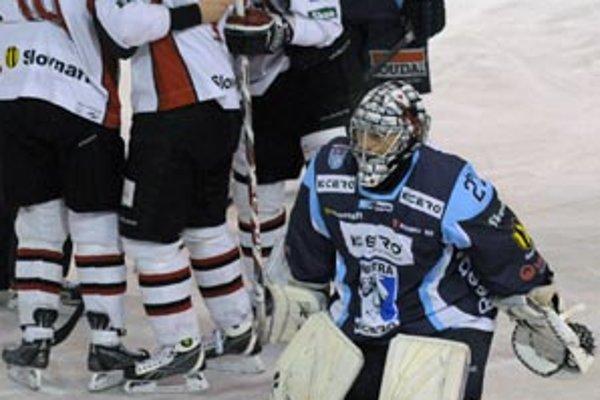 Gólman Vlastimil Lakosil šiel z ľadu po štvrtom inkasovanom góle.