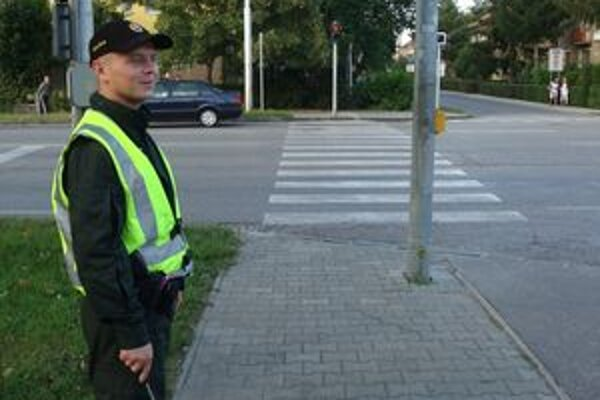 Prvý školský deň na priechode pre chodcov na Tovarníckej ulici bol pokojný. Hliadkoval ibajeden štátny policajt.