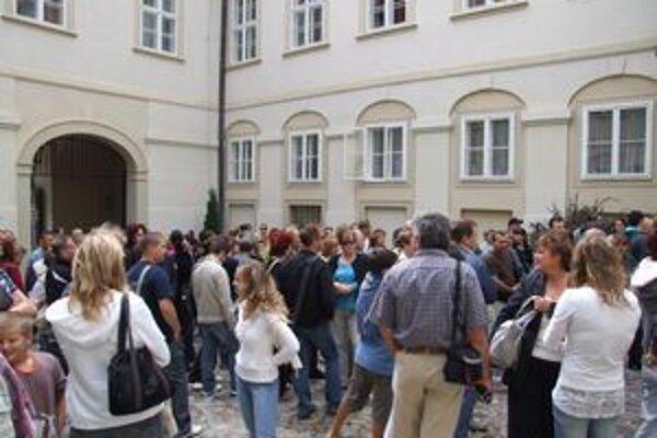 Chaos v hradnom areáli. Desiatky ľudí netušili, kam majú ísť. Na nádvorí ich mali čakať sprievodcovia, čakali ich len zamknuté dvere biskupského úradu.
