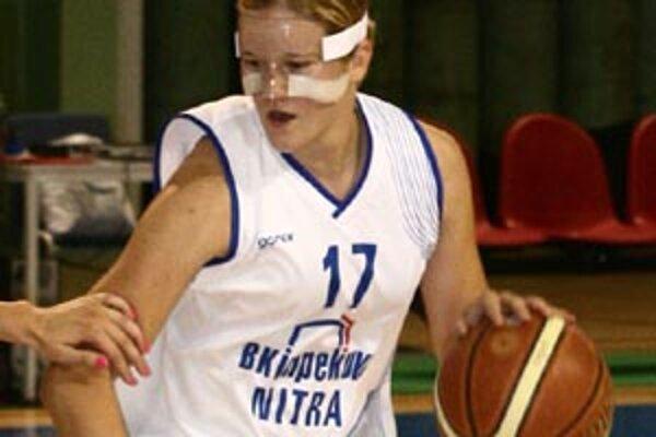 Andrea Oravcová hrá aj so zlomeným nosom, nosí špeciálnu masku.