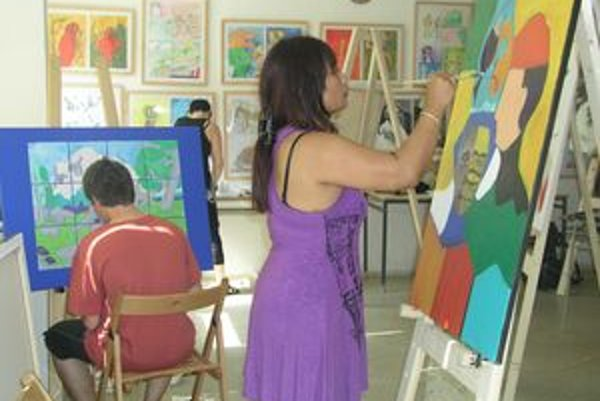 Pri stojane maľuje Muriel van Marion Kasmin z Holandska, v pozadí Žilinčan Vladimír Stacho a Dita Luse z Litvy.