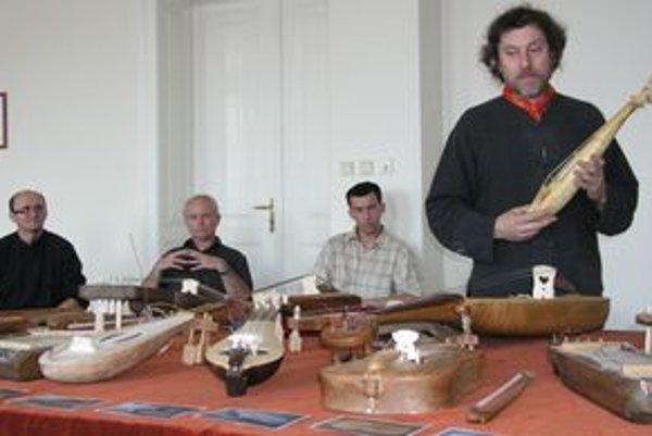 Zľava Juraj Dufek, Dušan Holík, Jozef Šuška a Robert Žilík na výstave hudobných nástrojov, spojených s besedou s majstrami výrobcami.