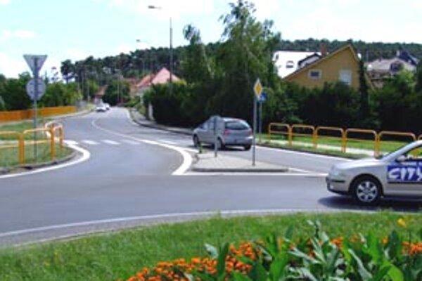 Hanulovu ulicu (na snímke vzadu za okružnou križovatkou) zjednosmernia.