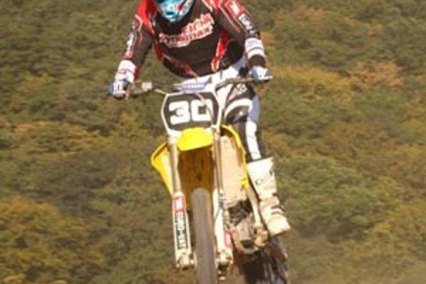Motokrosár Martin Wachal mal ťažký pád po skoku.