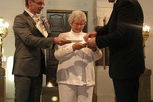 Knihu Márie Dankovej krstil primátor Jozef Dvonč (vpravo) chlebom a soľou.