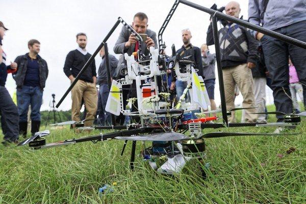 Drony môžu slúžiť aj na pomoc v prírode. V Lemešanoch výrobca predviedol špeciálne skonštruovaný dron na inštaláciu prvkov na ochranu vtáctva pred vedením vysokého napätia, ktorý však po umiestnení prvého plašiča havaroval.