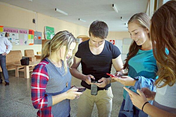 V obchodnej akadémii majú novú aplikáciu. Ivan Hoferík so študentkami.