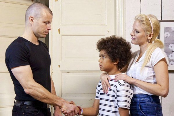 Neonacista Teppo sa zaľúbi do servírky, ktorá má černošského syna.